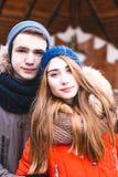 Los pares en el amor que camina en invierno parquean y se gozan compañía del ` s Foto de archivo libre de regalías