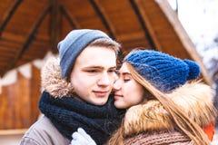 Los pares en el amor que camina en invierno parquean y se gozan compañía del ` s Fotos de archivo libres de regalías