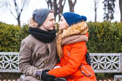 Los pares en el amor que camina en invierno parquean y se gozan compañía del ` s Imagenes de archivo