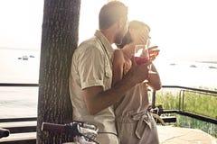 Los pares en el amor que tiene spritz tiempo con la opinión del lago imágenes de archivo libres de regalías