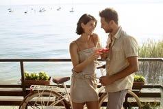 Los pares en el amor que tiene spritz tiempo con la opinión del lago Garda imagenes de archivo
