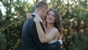 Los pares en el bosque novia y novio en el borde del bosque del pino en el día de boda almacen de video