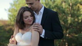 Los pares en el bosque novia y novio en el borde del bosque del pino en el día de boda almacen de metraje de vídeo