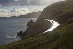 Los pares en el camino costero después de la lluvia, Irlanda Fotos de archivo libres de regalías