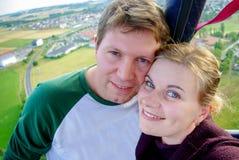 Los pares en el vuelo del amor en un aire caliente hinchan Imágenes de archivo libres de regalías