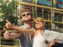 Los pares en frente de la nueva casa con el modelo proyectan Foto de archivo libre de regalías