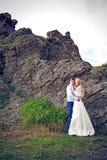 Los pares en la boda attire en las montañas Fotos de archivo libres de regalías