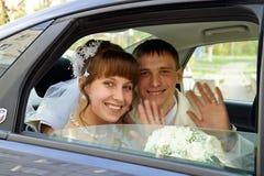 Los pares en un coche de la boda Imagenes de archivo