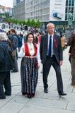 Los pares en vestidos del nacional en Stavanger foto de archivo