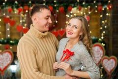 Los pares encendido celebran día del ` s de la tarjeta del día de San Valentín Imágenes de archivo libres de regalías