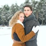 Los pares felices al aire libre en el amor que presenta en invierno frío resisten Fotos de archivo