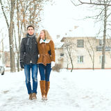 Los pares felices al aire libre en el amor que presenta en invierno frío resisten Fotografía de archivo libre de regalías