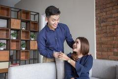 Los pares felices asiáticos jovenes proponen Imagen de archivo