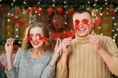 Los pares felices celebran día del ` s de la tarjeta del día de San Valentín Imágenes de archivo libres de regalías