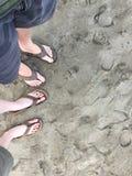 Los pares felices con la piel pálida en chancletas en el punto de San Simeon varan Fotografía de archivo