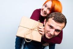Los pares felices del Año Nuevo de la Navidad celebran día de fiesta dan emo de los regalos Fotografía de archivo