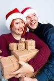 Los pares felices del Año Nuevo de la Navidad celebran día de fiesta dan emo de los regalos Fotos de archivo libres de regalías