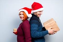 Los pares felices del Año Nuevo de la Navidad celebran día de fiesta dan emo de los regalos Foto de archivo libre de regalías