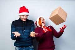 Los pares felices del Año Nuevo de la Navidad celebran día de fiesta dan emo de los regalos Imágenes de archivo libres de regalías