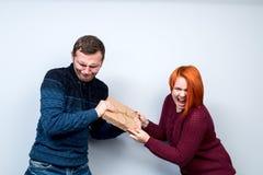 Los pares felices del Año Nuevo de la Navidad celebran el em de los regalos de la parte del día de fiesta Fotos de archivo libres de regalías