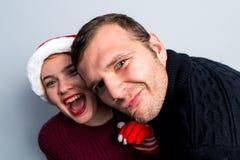 Los pares felices del Año Nuevo de la Navidad celebran emociones del día de fiesta sirven a Imágenes de archivo libres de regalías