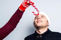 Los pares felices del Año Nuevo de la Navidad celebran emociones del día de fiesta sirven a Fotos de archivo libres de regalías