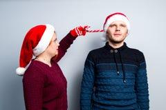 Los pares felices del Año Nuevo de la Navidad celebran emociones del día de fiesta sirven a Fotos de archivo