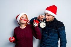 Los pares felices del Año Nuevo de la Navidad celebran emociones del día de fiesta sirven a Imagenes de archivo