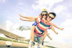 Los pares felices del inconformista en amor en luna de miel del viaje del aeroplano disparan