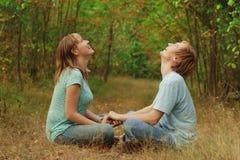 Los pares felices disfrutan de la naturaleza del verano Imagen de archivo