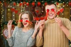 Los pares felices en amor celebran día del ` s de la tarjeta del día de San Valentín Imágenes de archivo libres de regalías