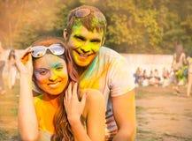 Los pares felices en amor en holi colorean festival Fotografía de archivo