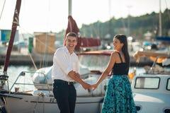 Los pares felices en amor en vacaciones de verano vacation Celebración de día de fiesta, aniversario, compromiso Mujer que se ríe Fotografía de archivo libre de regalías