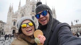 Los pares felices en Milán que come el helado que toma la foto del autorretrato del selfie el vacaciones viajan en Italia Vacacio almacen de metraje de vídeo