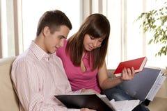 Los pares felices estudian juntos fotos de archivo