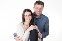 los pares felices jovenes aman el sonreír abrazando sonrisa del hombre y de la mujer aislados en el fondo blanco Fotografía de archivo libre de regalías