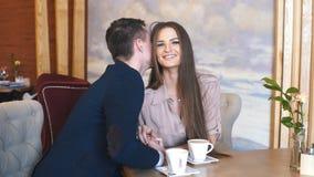 Los pares felices se divierten en café almacen de metraje de vídeo