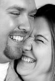 Los pares felices se hacen risa imagen de archivo