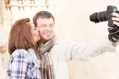 Los pares felices toman una foto del selfie en ruinas fotos de archivo