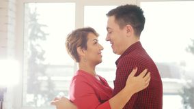 Los pares felices y atractivos de la familia en amor bailan juntos en estudio almacen de video