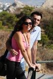 Los pares hacen la visita tur?stica de excursi?n en Atenas Foto de archivo