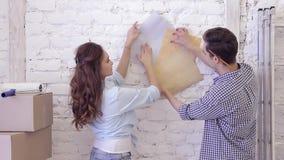 Los pares hermosos eligen el papel pintado para las paredes de las muestras almacen de video