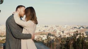 Los pares hermosos jovenes abrazan y beso contra el panorama de Roma, Italia Fecha romántica del hombre y de la mujer felices almacen de video