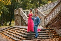 Los pares hermosos, románticos iban abajo de sweetl sonriente de las escaleras Foto de archivo