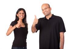 Los pares indios que dan los pulgares suben la muestra Foto de archivo
