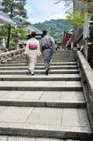 Los pares japoneses jovenes del yukata caminan juntos a la capilla Imagen de archivo libre de regalías