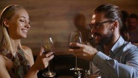 Los pares jovenes atractivos resuelven ligar en el vino de consumición del partido atractivo en el amor que se divierte juntos qu almacen de video