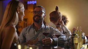 Los pares jovenes atractivos resuelven ligar en el vino de consumición del partido atractivo en el amor que se divierte juntos qu almacen de metraje de vídeo