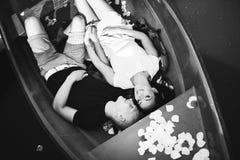 Los pares jovenes cariñosos están gozando en el barco, subieron Imagen de archivo
