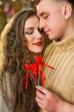 Los pares jovenes celebran día del ` s de la tarjeta del día de San Valentín Imagen de archivo libre de regalías